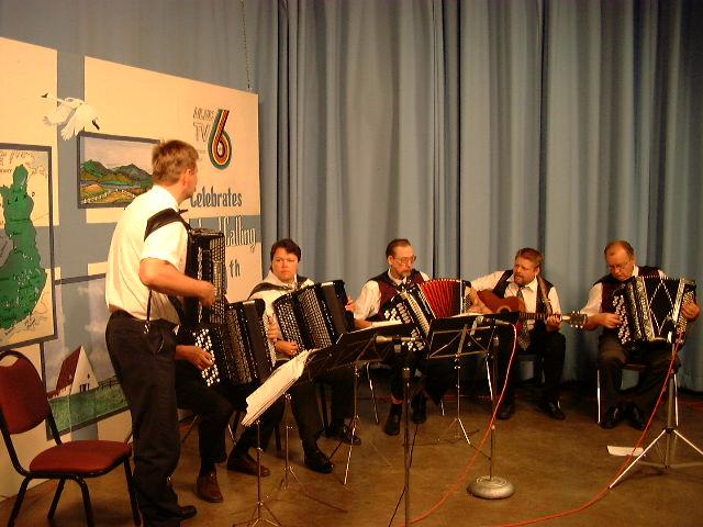 Esiintyminen suomenkielisessä radio-ohjelmassa