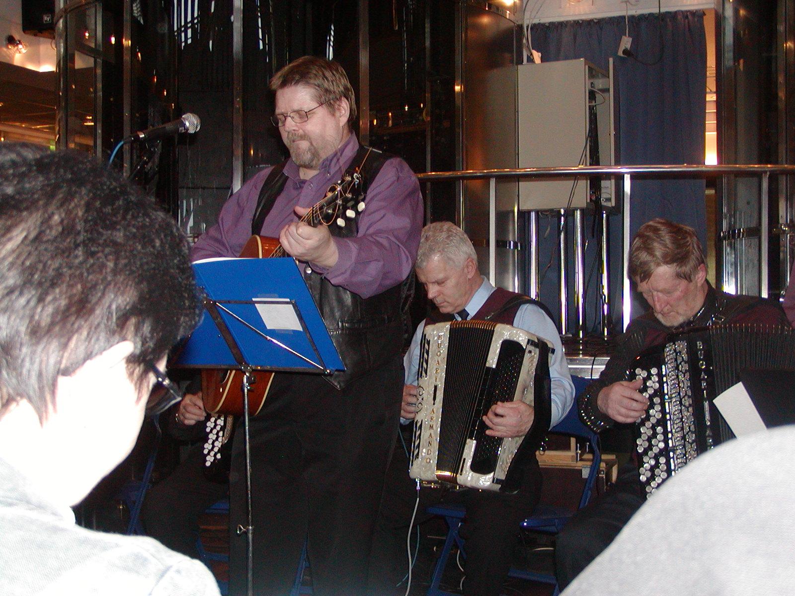 Harmonikkaristeilyn lavalla Tauno, Erkki ja Jorma
