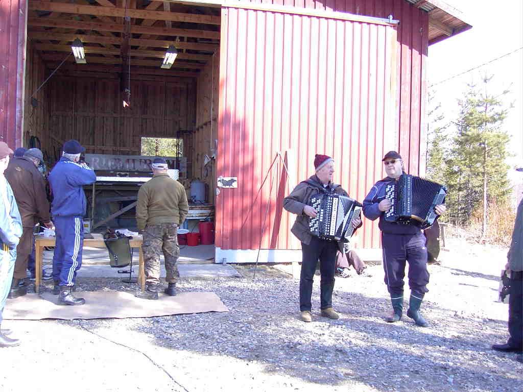 Musisointia ja ilmakivääriammuntaa Pohjajoen metsästysseuran majalla